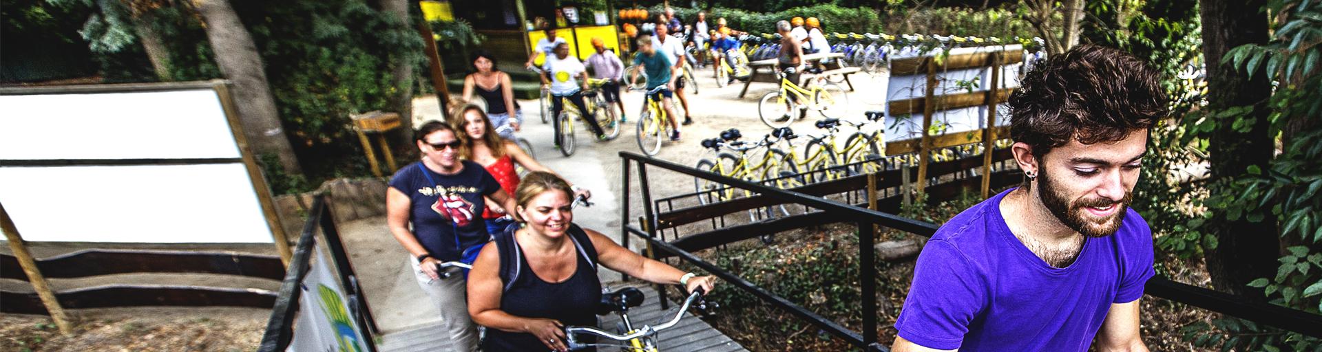 Départ d'une équipe à vélo