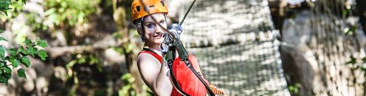 Jeune femme sur un pont de corde