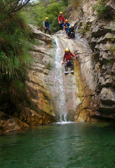 5 personnes en activité canyoning
