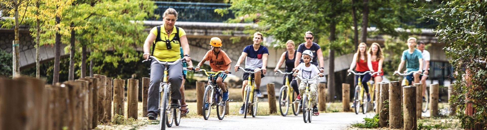Groupe à vélo se dirigeant vers le site
