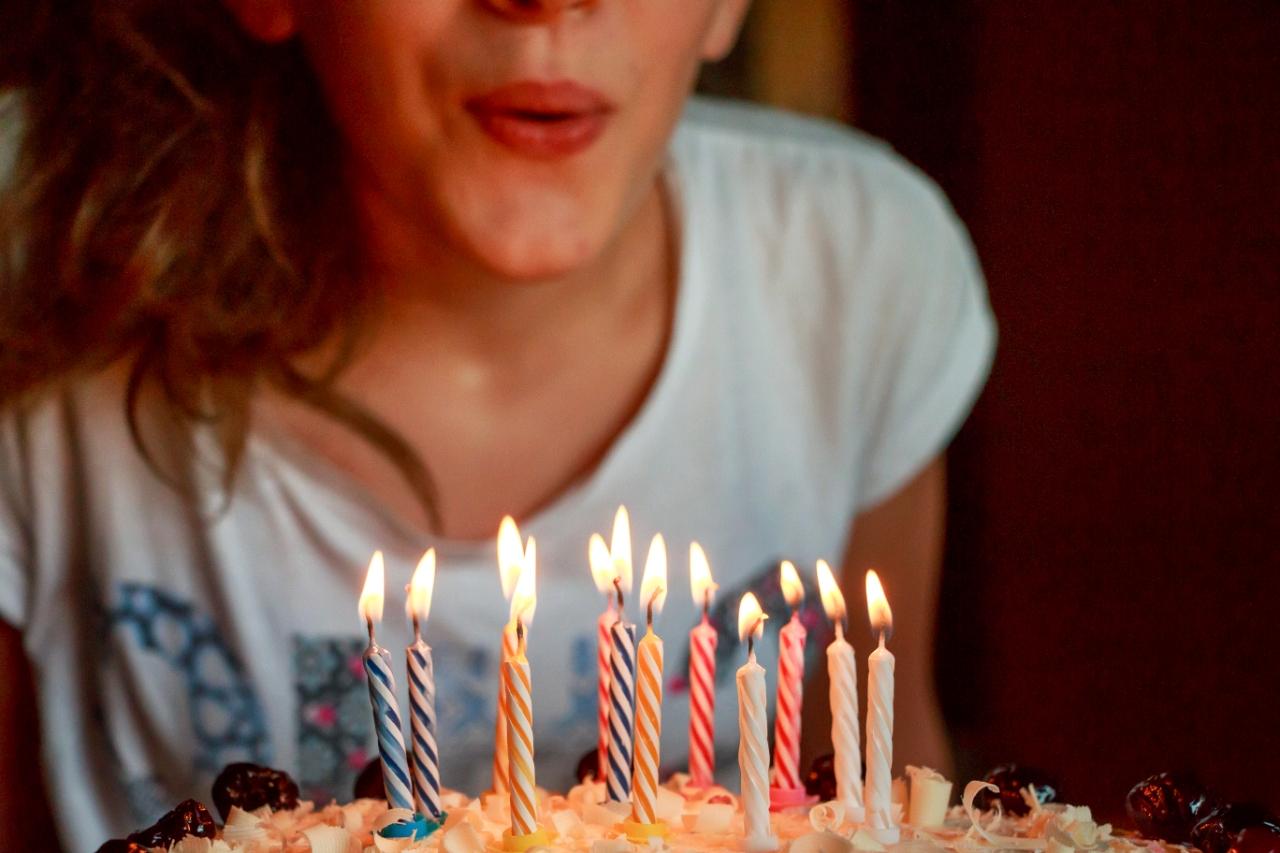 Jeune fille soufflant ses bougies