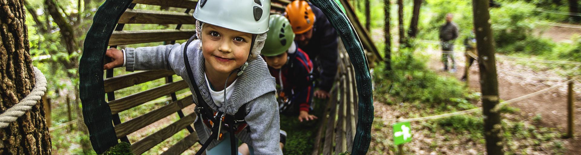 Enfants dans un tube entre les arbres