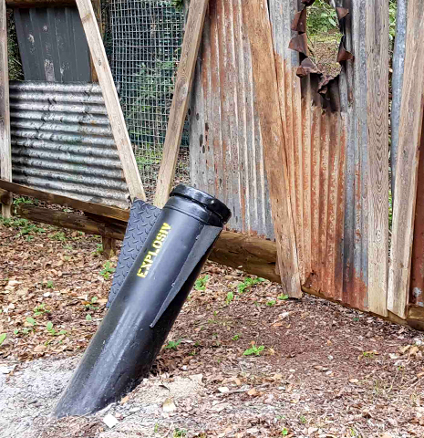 Décors :  Un obus ayant traversé une palissade