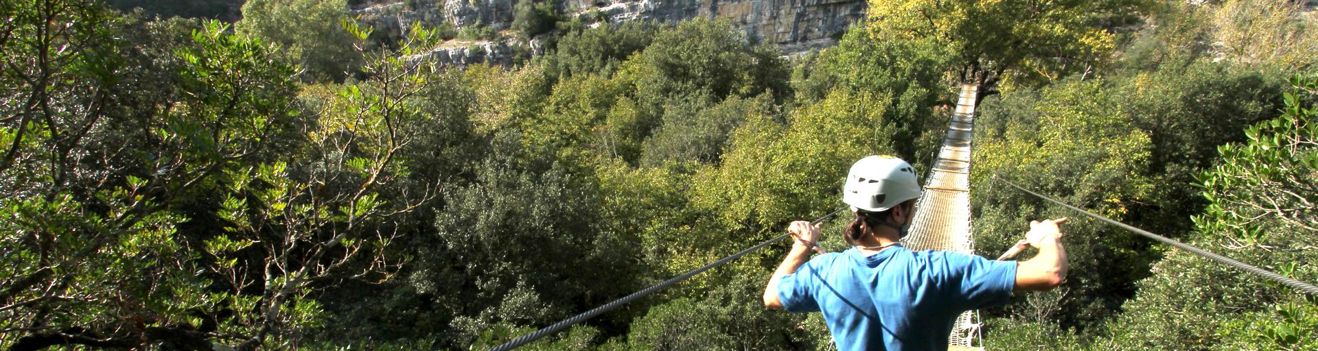 Homme traversant un très grand pont suspendu